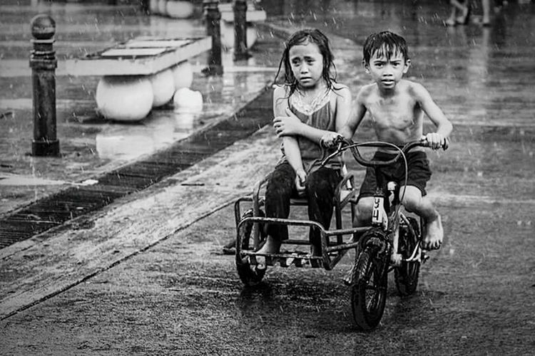 A cold little smile (I'm just posting my friend's photo, it's great right?) Streetphotography Children Photography Children Weather Rainy Days Blackandwhite Photography Black And White Kids Pedicab Rain Street Collection Collection Outside Photography Monochrome OO Mission OOmission