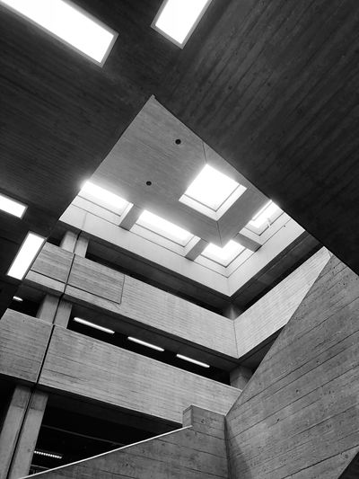 Der wunderbare Brutalismus der Universitätsbibliothek Bochum Blackandwhite Grey Beton Brutalism Bibliothek Built Structure Architecture Low Angle View Indoors  Ceiling Building No People Window Pattern City Wall