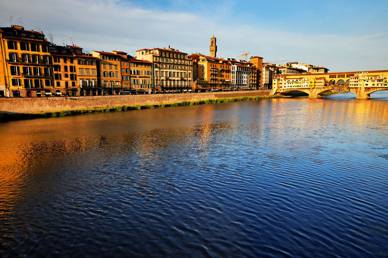 Ponte vecchio over arno river in tuscany against sky