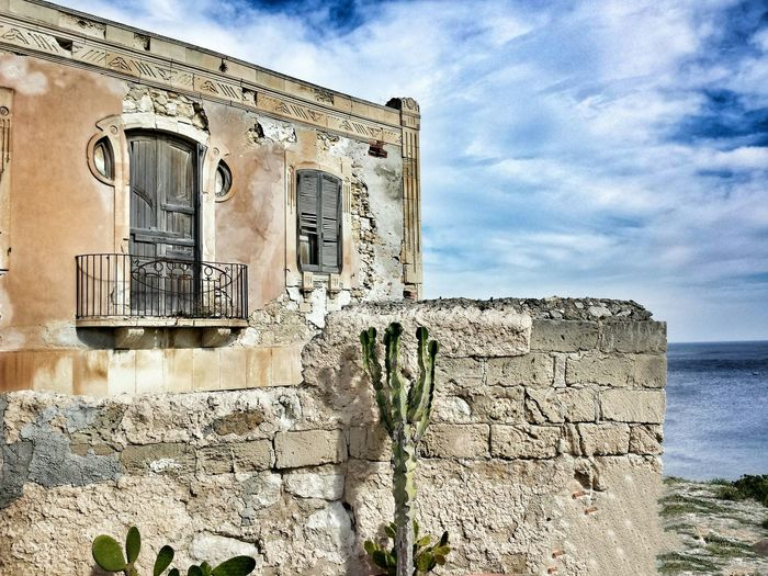 Old Old Buildings Old House Hello World Sunday Sicily Getting Inspired From My Point Of View Landscape Street Photography In Front Of Me Sea View Architecture Architecture_collection Architectural Detail Architecturelovers Amazing Architecture Monumento Caduti-Siracusa