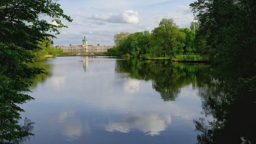 Spaziergang am Schloss Charlottenburg Politics And Government Tree Water City Reflection History Sky Architecture Building Exterior Cloud - Sky Standing Water Waterfront Lake