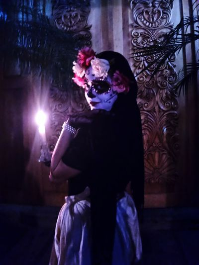 Catrina in front doors Door Candlelight DIA DE MUERTOS Catrina Catrina Day Of The Dead Real People One Person Mask Lifestyles Leisure Activity Night Three Quarter Length Disguise Mask - Disguise Standing Adult Young Adult Front View Women Portrait Obscured Face Celebration