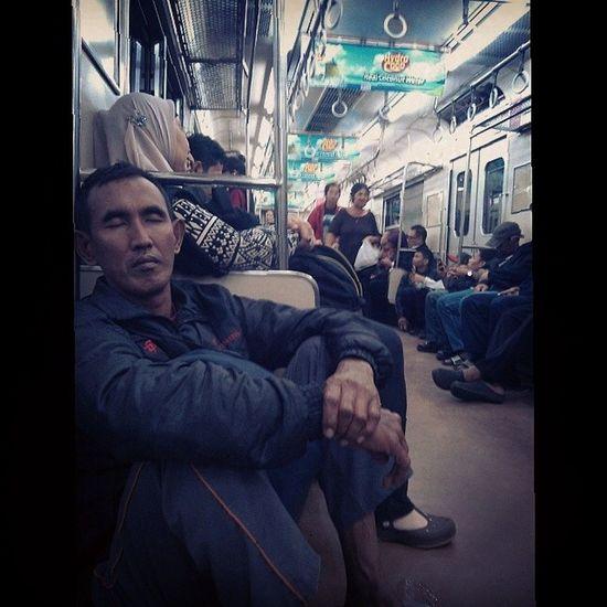 Berasa dirumah sendiri -_-Gerbong Commuterline Jakarta
