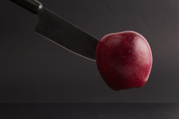 Food Food And Drink Healthy Eating Fruit Wellbeing Red Freshness Indoors  Close-up No People Studio Shot Apple - Fruit Still Life Table Kitchen Knife Single Object Nature Wood - Material Two Objects Reflection Ripe Diet & Fitness Healthy Lifestyle