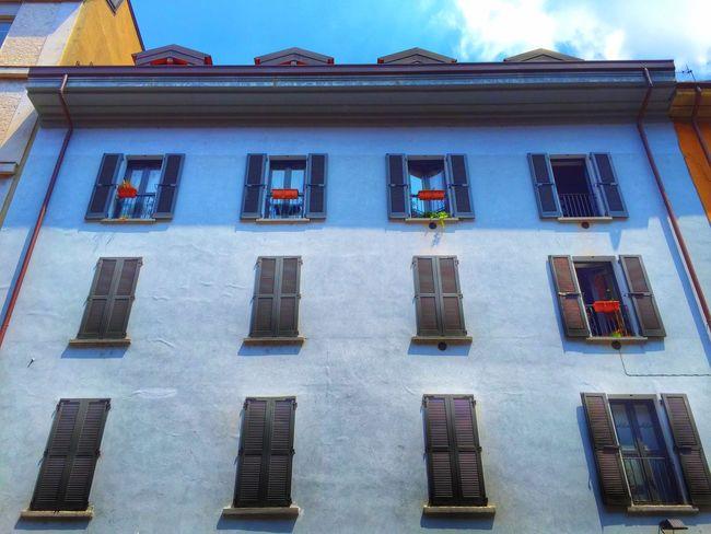 blue house in city Blue House Como Taking Photos Cityhouse