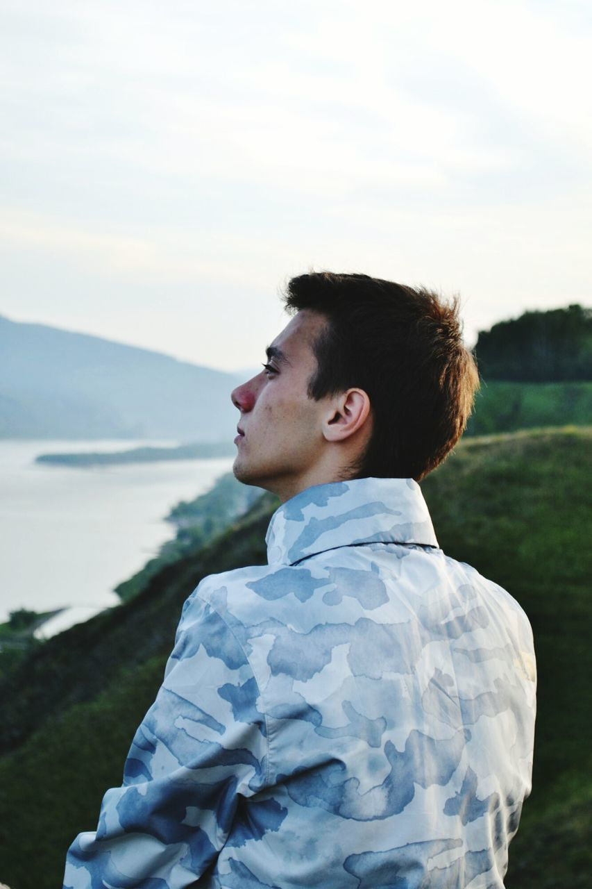 real people, one person, childhood, boys, day, outdoors, nature, leisure activity, side view, lifestyles, sky, standing, people