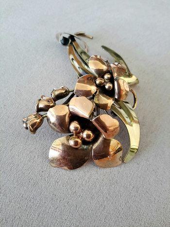 Vintage two tone metallic brooch, mid century, artdeco influenced Super Retro Jewelry Brooch Metallic Metal Art Floral Design Vintage Retrostyle Lieblingsteil