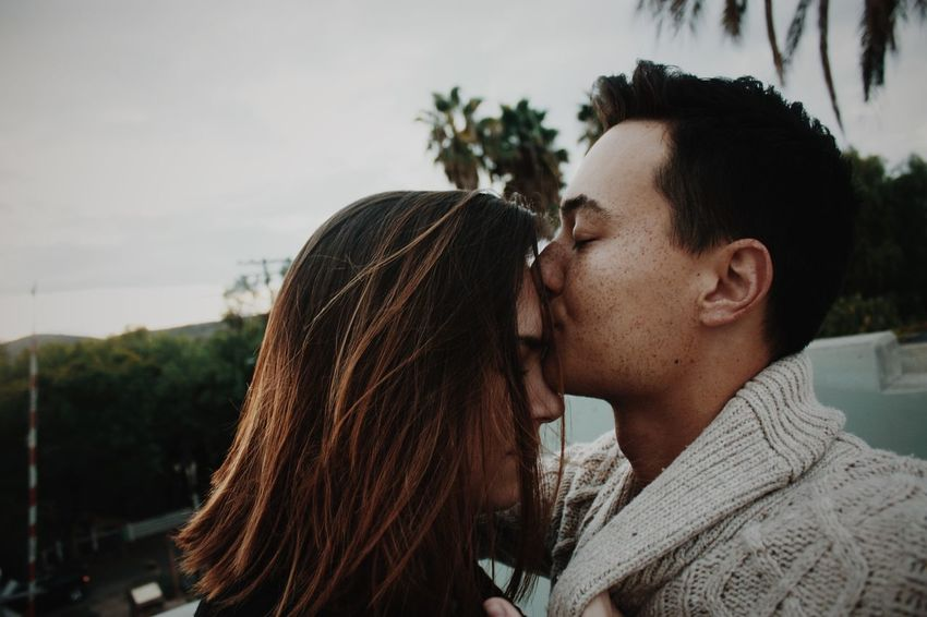 Adult Adults Only Bonding Close-up Day Headshot Heterosexual Couple Leisure Activity Lifestyles Love Men Mid Adult Mid Adult Men Nature Outdoors People Plant Real People Sky Togetherness Tree Two People Young Adult Young Women