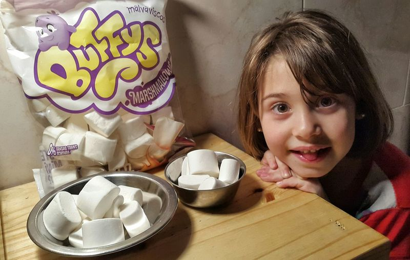 Kids Being Kids Candys Dulces Golosinas Yum Kid Eating Marshmallow Marshmallows Marshmallow Golosinas Marshmellow Candy Malvaviscos Sweet Things