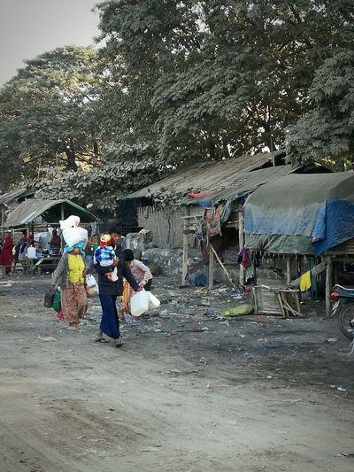 Myanmar Mandalay Poorpeople Poor  Wayoflife Localpeople Eyemphotography Eyemtravelphotography Thirdworld Lovelypeople Mytravelgram Men Occupation Working Women Market