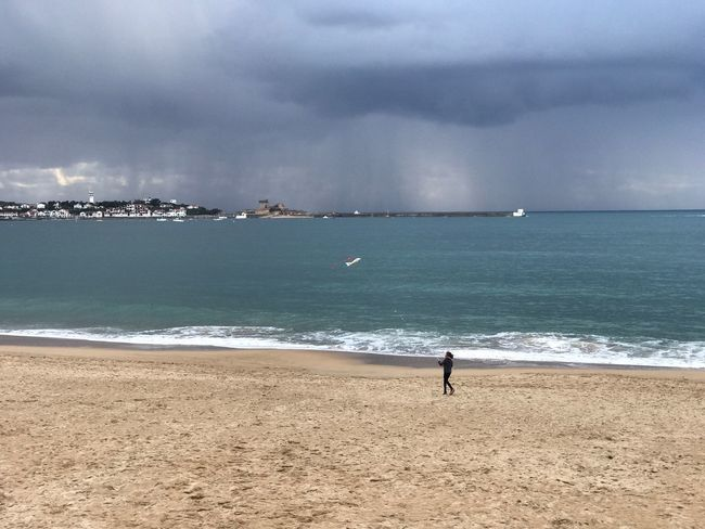 Avant la pluie Sea Water Beach Land Sky Beauty In Nature Cloud - Sky One Person Real People Tranquil Scene Sand Scenics - Nature Horizon Over Water Horizon