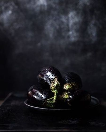 purple is the new black 😎 Darkfoodphotography Black Purple Chiaroscuro  Foodstagram Foodphotography Foodstyling Raw Stilllifephoto StillLifePhotography StillLife Darkfood Vegan VEGANLIFE Veganfood Plantbaseddiet Plantbased Vegetarian Vegetablegarden Italianfood Italiancooking