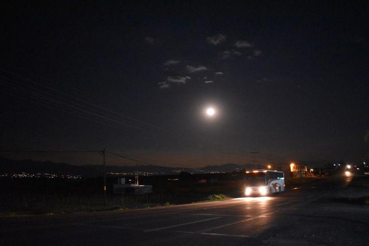 Solo la luna como ninguna te quiere bien 🌑 🌒🌓 Luna Lunatic Luna❤ Luna Night Illuminated Moon Sky Transportation Full Moon City Nature No People Moonlight Street Beauty In Nature Glowing Space