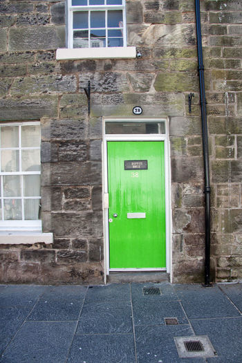 Schottland - Scotland Architecture Brick Building Building Exterior Built Structure City Communication Day Door Entrance Green Color House No People Outdoors Residential District Safety Sign Street Wall Wall - Building Feature Window