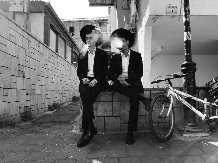 מייבניברק מיישחורלבן ShotOnIphone מייאייפון10 IPhoneX מייסטריט Two People Built Structure Real People Full Length Young Men Architecture The Art Of Street Photography