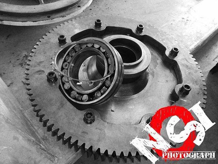 Repairing my friend , band saw 😑 , Instadaily Instalike Bnw Bearings Engineering Workshop World Industry Indonesia_photography Practicedaily Practice Sick Rayon_utama_makmur Repairing