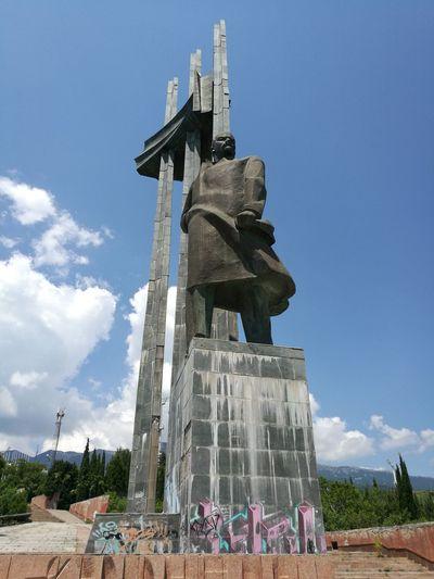 Судя по графити внизу памятника,Владимир Ильич уже ни кто.