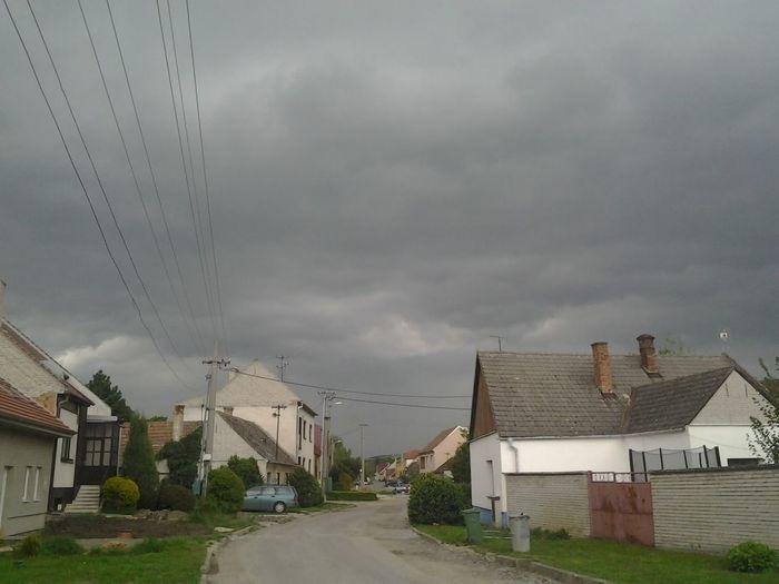 Kůrva ale mračí sa fest Burka  Clouds Cloudy Jasadoseru Jetovpici Konecsveta Kurvaburka Letitoprimonanas Lodvpristavu Mraky Nohomo Storm Storm Cloud Storm Is Coming Zacnimesamodlitksatanoviprotozebuhneexistuje