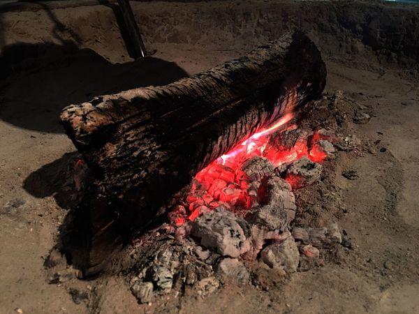 祖母に、火鉢や囲炉裏の隅をほじくると、窘められたのは覚えている。囲炉裏にまつわる貧乏神の俗信は多く、愛媛県北宇和郡津島町(現・宇和島市)では囲炉裏の火をやたらと掘ると貧乏神が出るといわれる。There are many popular beliefs on the Binbo-gami and irori, and in Tsushima-cho, Kitauwa-gun, Ehime Prefecture (the present Uwajima City), it is believed that digging the fire in the irori too much brings out the Binbo-gami. Irori Japanese Style Japanese Culture EyeEm Nature Lover Relaxing Moments Relaxing Kanagawa Sankei-en Sankeien Landscape (null)Showcase April Fireplace