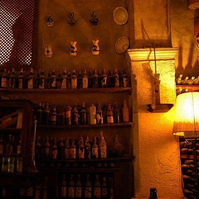 Im Weinkeller des Landguts und Museum La Granja. Nakieken Finca Mallorca