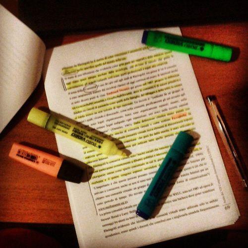 """""""L'arte dell' evidenziatura per laureandi"""". Mini corso per imparare a colorare e impiastricciare con criterio (apparente) fogli e fogli di carta. Docente: la sottoscritta. Esperienza di oltre 10anni. No perditempo. :-P"""