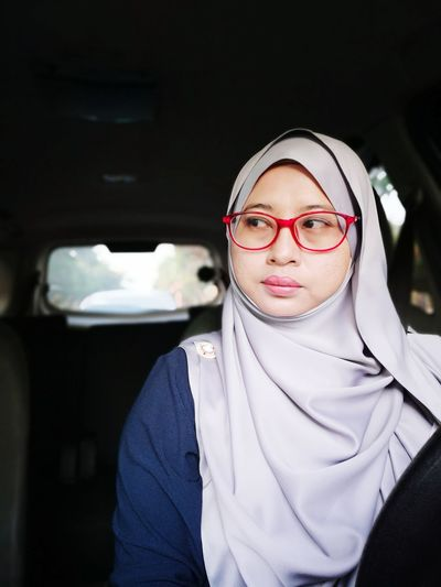 no edit EyeEm Selects Young Women Portrait Eyeglasses  Black Background Looking At Camera Women Standing Close-up Horn Rimmed Glasses Thoughtful Wearing Posing Thinking Businesswoman Business Meeting Head And Shoulders Small Business Heroes