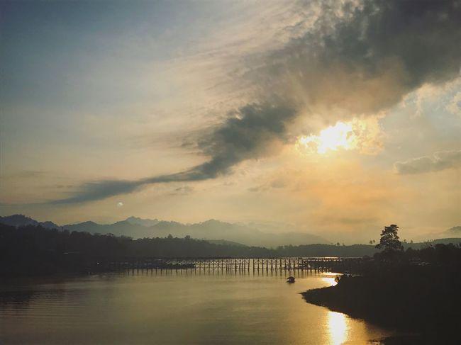 Thailand Kanchanaburi Sangkhlaburi Sunset Sky Water Silhouette Cloud - Sky Reflection Scenics