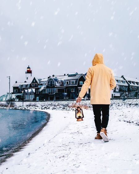 Yellow Men Fashion Fashion Man Lanterns Vacation Tourist View Urk Netherlands Holland Lighthouse Oil Lamp Men Flevoland Urk Lighthouse Beach Lifestyle Full Length Women Water Young Women Sea Rear View Sky Snowfall Snowcapped Moored Boat Sandy Beach