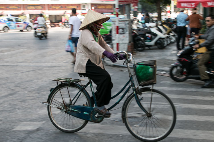 Bicycle Hat Vietnam Hanoi Hanoi Vietnam  Streetphotography Street Photography Working Woman On The Road Fruits And Vegetables Fruits Vegetable City Transportation Street Mode Of Transportation Real People Road Outdoors