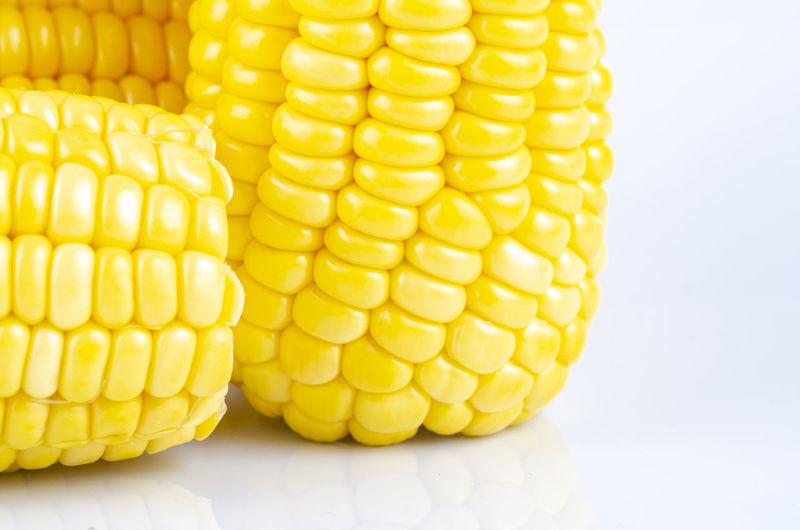 fresh raw sweet corn on the cob kernels over white background Yellow Corn Food And Drink Food Vegetable Sweetcorn Wellbeing Healthy Eating Corn On The Cob Close-up Freshness Indoors  Agriculture Corn - Crop No People Crop  Raw Food Still Life White Background Studio Shot Snack Vegetarian Food
