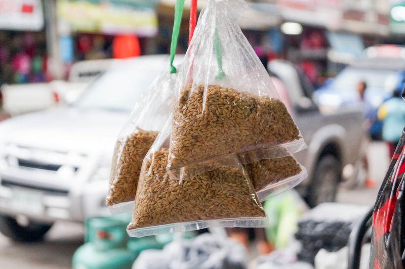 ข้าวเปลือกในถุงกอบแกบ Rice Rice Paddy Brown Close-up Container Focus On Foreground Food Food And Drink For Sale Plastic Plastic Bag Retail  Retail Display Rice - Food Staple Selective Focus