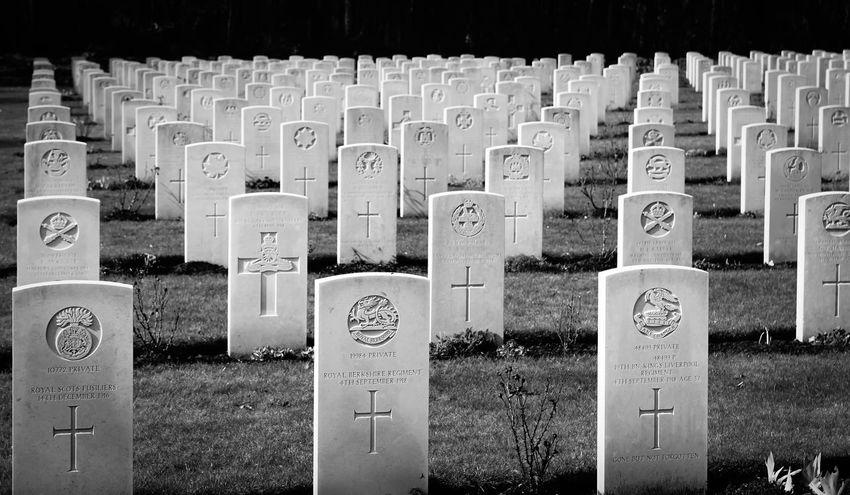 Cemetery Close-up Friedhof Grabstein Grabsteine Grassy Headstone Headstones Headstones In A Row Military No People Safety Soldatenfriedhöfe