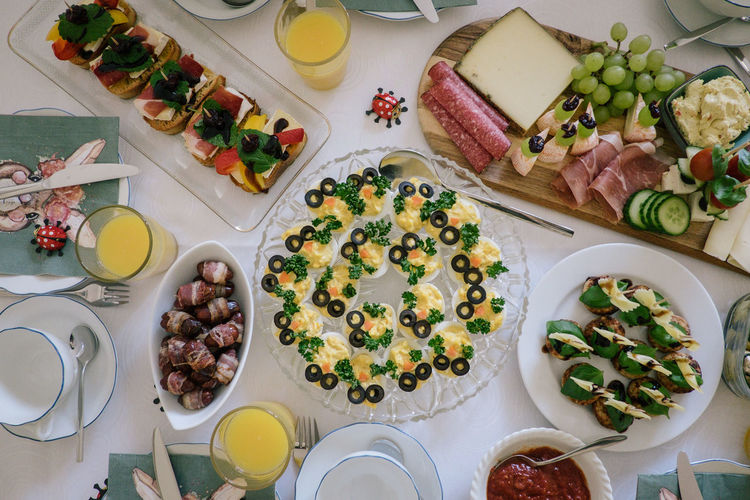 Food And Drink Food Freshness Table Healthy Eating Wellbeing Plate High Angle View Ready-to-eat Indoors  Fruit Meal Household Equipment Vegetable Variation No People Choice Serving Size Still Life Directly Above Glass Setting Temptation Dinner Breakfast Bacon Egg