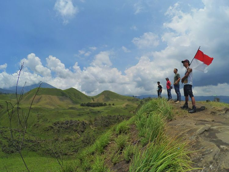 Traveling Jalanjalan Piknik Landscape Travel Photography Connected By Travel Traveller Forest Tourism Destination Outdoors Nature People Cloud - Sky Sky National Geographic Tourism Travelingindonesia Indonesiamountain Indonesiaindah Mountain Wonderful Indonesia Pesonaindonesia Panorama Men Flag
