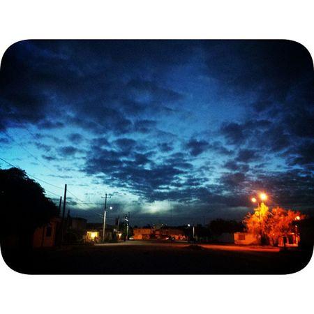 Y la luna no se convenció Y bajo a mirarte el corazón Y al mirarte dijo que no había visto un sol radiante, más bello que mi bendición ❤😍 Mitorreón TRC Recent Sky Clouds Yesterday shadows streetshot lovely ⛅☁🌌
