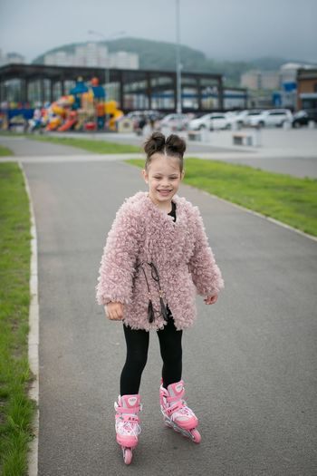 Красота везде One Person Childhood Child Girls Real People Full Length Day Leisure Activity Lifestyles Road Outdoors City Transportation