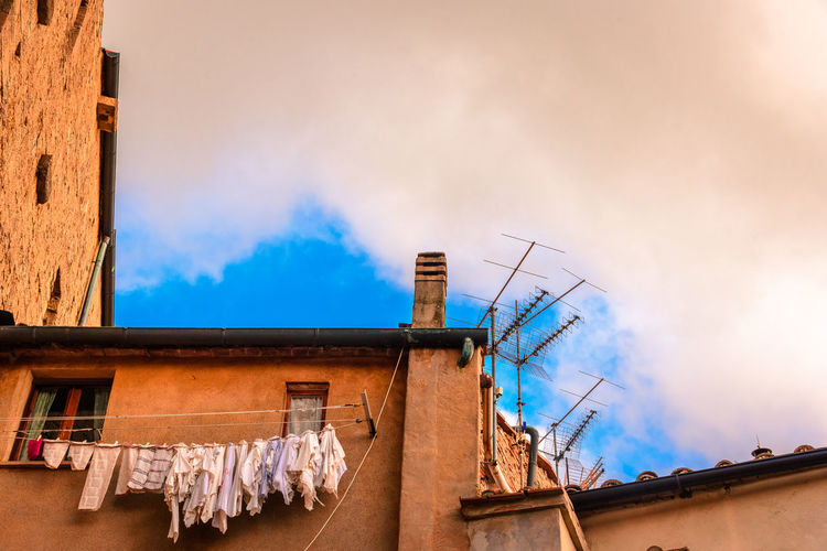 Architecture Building Exterior Built Structure Clothes Cloud - Sky Day Drying Hanging Clothes Italy Landscape Low Angle View No People Outdoors Roof Sky Tuscany Tuscany Countryside BYOPaper! The Architect - 2017 EyeEm Awards