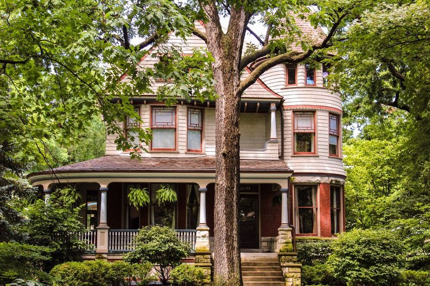 Perfect house Hanging Out Enjoying Life Check This Out Architecture Chicago Architecture Chicago Cosy Cosy Home Cosy Place Tree Trees House And Trees House And Tree Nature On Your Doorstep Nature Nature In The City Sunny Day Showcase July