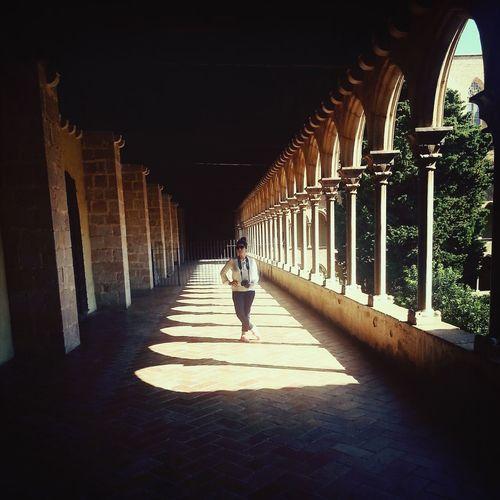 Juego de luces en el Monasterio de Pedralbes. Streetphotography Travel Photography Barcelona Monastery