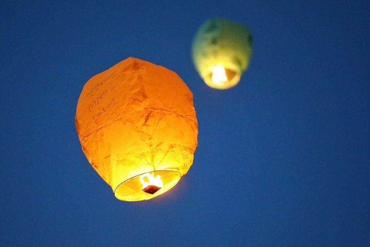 건강하세요 사랑하세요 부자되세요 누군가의 소원에 나의 가슴을 밝히네.. . . #하루한컷 #대구풍등축제 #풍등 #5DMARK4 #새아빠백통 #EF70200F28LIIISUSM Illuminated Close-up Sky