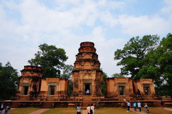 荳蔻寺 - 位於吳哥窟的小圈 - 法國人認領修補 - 紅磚很美 - 浮雕很精緻,這麼久以前就能有這種手工好佩服!! - 毗湿奴神殿 -印度三大主神之一 Angkor Wat Angkor Wat, Cambodia Architecture Built Structure Cultures People Photography Prasat Kravan Tree Vacations Vishnu