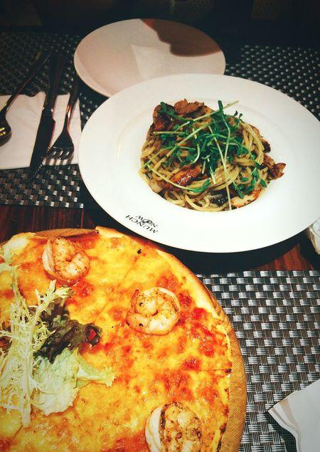 Pizza time again. 2016 Hangout Taking Photos Photography Relax Enjoying Life Enjoy Eating HKFood Food Pizza🍕 Pasta Pizza Cafe Life Lifestyles Take By Lg G4 HongKong TaiPo Munch Now 大埔
