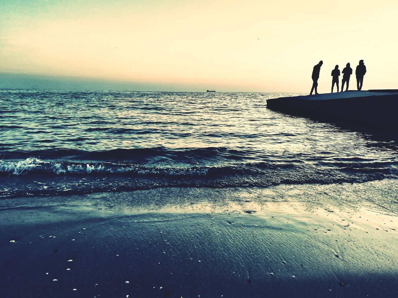 sea, water, sky, beach, horizon, land, horizon over water, beauty in nature, silhouette, sunset, scenics - nature, real people, group of people, nature, leisure activity, people, lifestyles, men, motion, outdoors