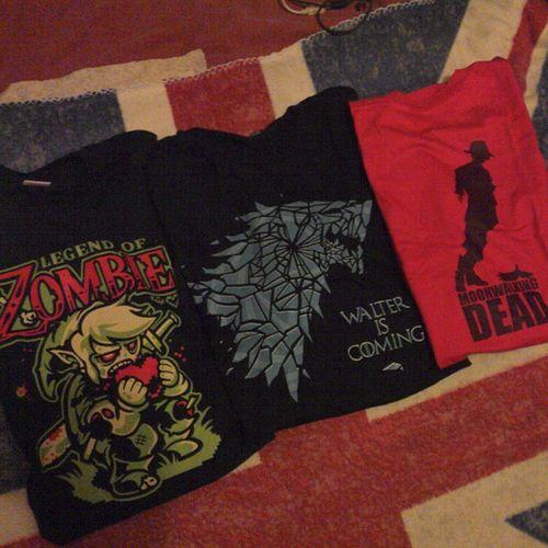 Un mix de tout ce que j'aime, je suis comblée aujourd'hui Tshirt Zombie Zelda PGW13 gameofthrones breakingbad thewalkingdead mj serishirts