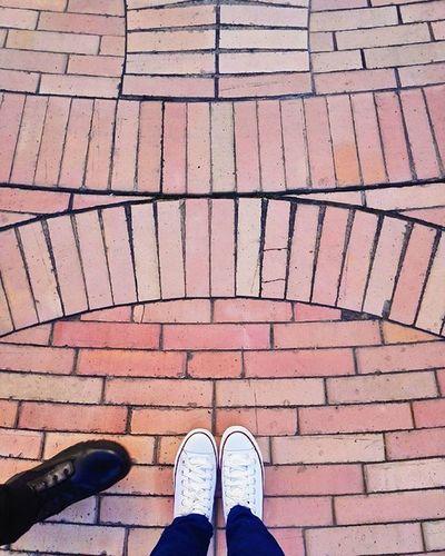 ¡No toda metida de pata es un error! Walking Dejandohuella Makingtheirmark Steps Mypersonalproject Onestepatatime Iloveconverse Fondodeculturaeconomica Centroculturalgabrielgarciamarquez Lacandelaria Bogotá Caleñaenbogotá Urbanphotography Streetphotography Huaweicolombia Vscocam