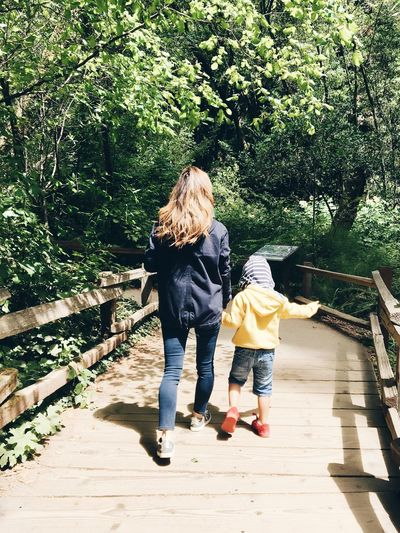 EyeEm Selects Full Length Walking Rear View Two People Togetherness Day Casual Clothing Childhood Girls Tree Outdoors Leisure Activity Child Real People Boys Lifestyles Nature Women Bonding Blond Hair EyEmNewHere San Francisco Sommergefühle Breathing Space Investing In Quality Of Life Paint The Town Yellow This Is Family Going Remote