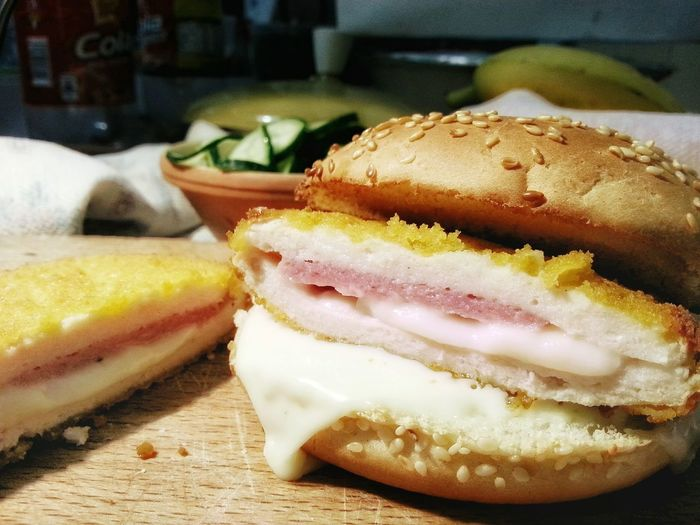 Cordon Bleu Burger mit Gurkensalat. Panino Sandwich Bun Chıcken Food Bread Food And Drink Freshness Sandwich Indoors  SLICE Ready-to-eat No People Meal Close-up Toasted Bread Fast Food Android Photography Smartphone Photography Note 2