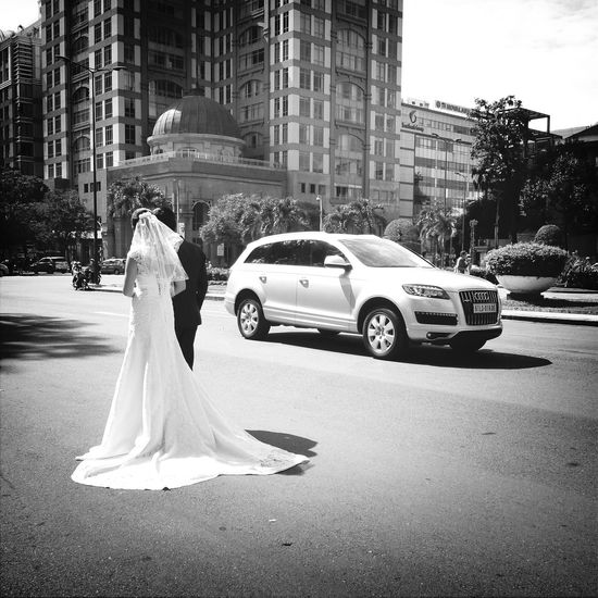Wedding day...today have many couple marrying...and shot picture around Saigon for wedding album...nice Streetphotography Weddingday  People Blackandwhite