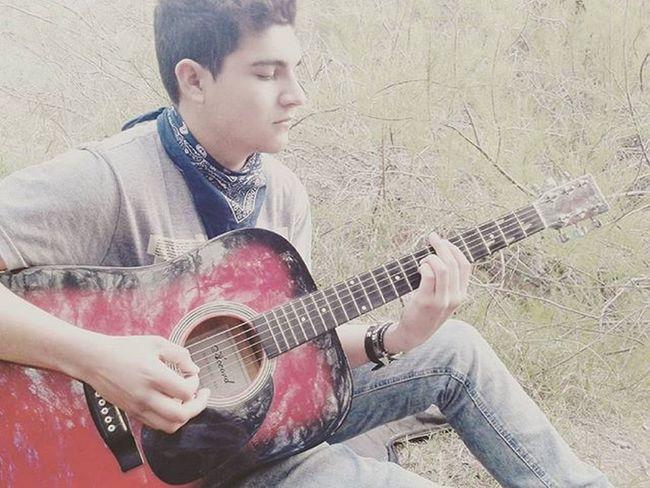 Y me digo:amigo, es hora de salir el juego se acaba,cuanto tiempo perdi,todos se quedaron yo me quise ir, ofrecieron llevarme pero quise seguir, vos aca yo alla, asi nunca nos vamos a poder encontrar...yo creo que no... Intoxicados Rock Guitarra Guitar Music Dia Naturalesa