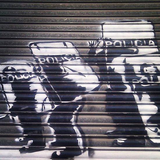 Donde están cuando se les necesita? Streetart Streetartbcn Streetartbarcelona Barcelona Barcelonastreetart Bcn Bcnstreetart Tv_streetart Rsa_graffiti Graffiti Graffitiporn Instastreetart Instaphoto